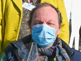 Gilles Brogniez liet zich in Veurne vaccineren en kreeg een fles champagne