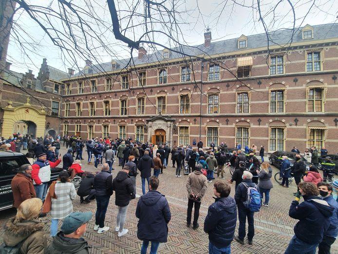 Journalisten en omstanders wachten op het Binnenhof na de val van het kabinet op de hoofdrolspelers.
