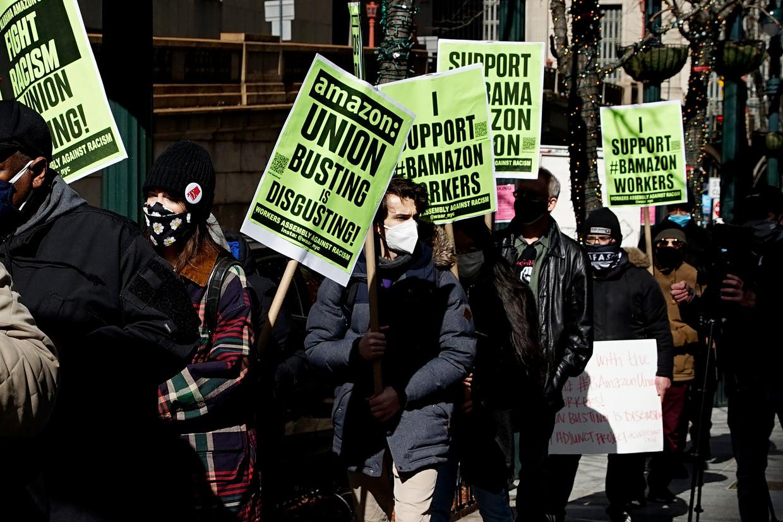 Steunbetuigingen voor de Amazon-arbeidskrachten tijdens een demonstratie in New York.   Beeld Corbis via Getty Images