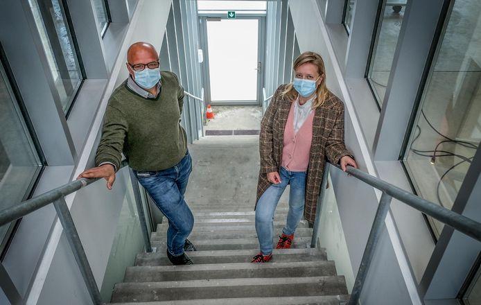 Leerkracht Steven Vandorpe en algemeen Rhizo-directeur Nancy Dedeurwaerder.