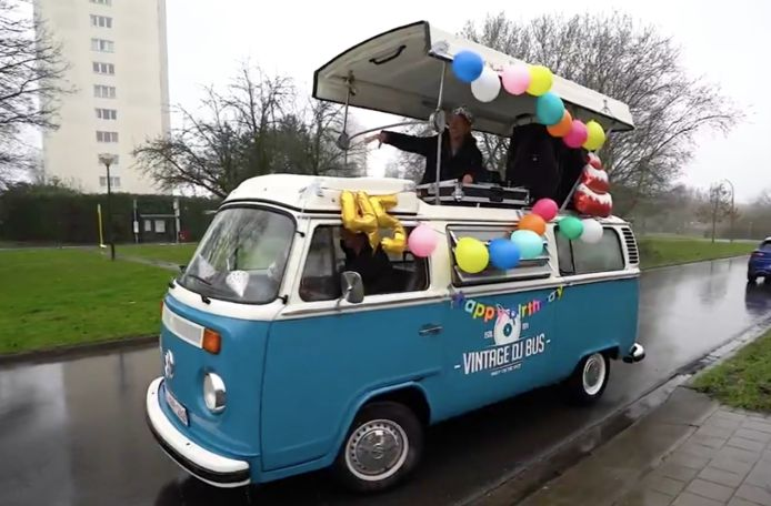 Regi Penxten viert 45ste verjaardag in de Vilvoordse straten.