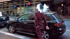 fotoreeks over Pau Buscató slentert door de stad, op zoek naar snapshots