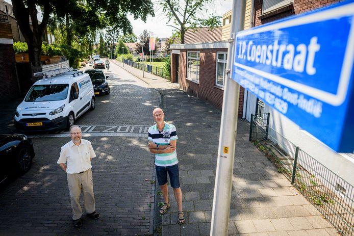 Bewoners Geert Bekkering (links) en Henk Jaspers in de J.P. Coenstraat in Enschede.