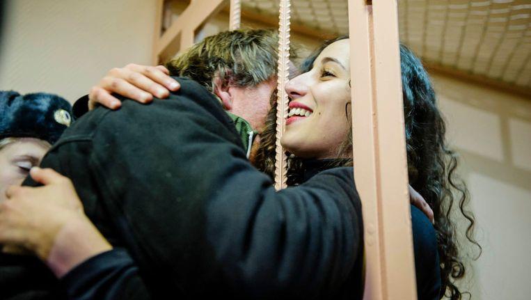 De Nederlandse Greenpaece-activiste Faiza Oulahsen kreeg gisteren te horen dat ze op borgtocht de gevangenis in Rusland mag verlaten. Beeld REUTERS
