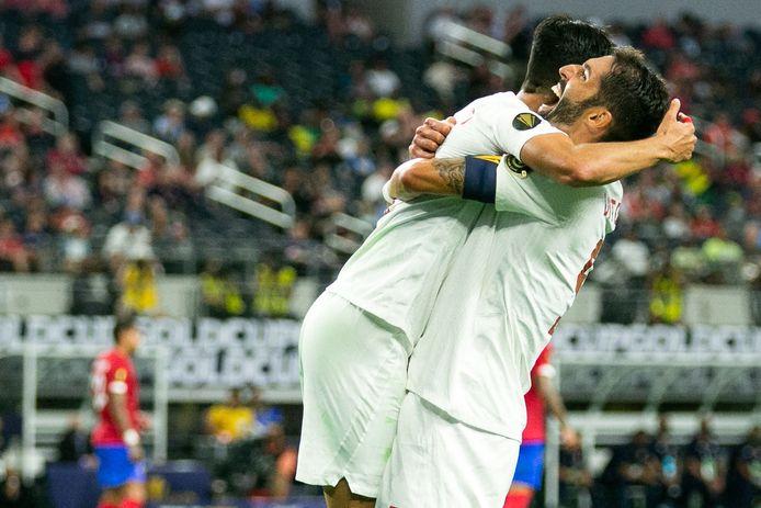 Vreugde bij Canada: Steven Vitoria (rechts) tilt Stephen Eustaquio op na een van de treffers tegen Costa Rica