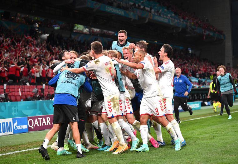 Denemarken viert weer een doelpunt tegen Rusland. De achtste finales zijn binnen handbereik.  Beeld EPA