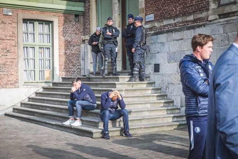 Spelers Vadis Odjidja en Yannick Thoelen bij aankomst op het Sint-Pietersplein