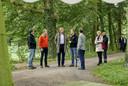 Impressie van het bezoek van koning Willem-Alexander aan de Herenboerderij in Boxtel. Douwe Korting staat links op de foto.
