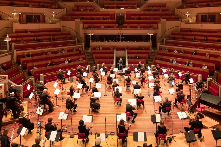 In een uitverkocht, maar schrikbarend leeg TivoliVredenburg leidde Karina Canellakis het Radio Filharmonisch Orkest in het 75-jarig jubileumconcert. Beeld Esther de Bruijn