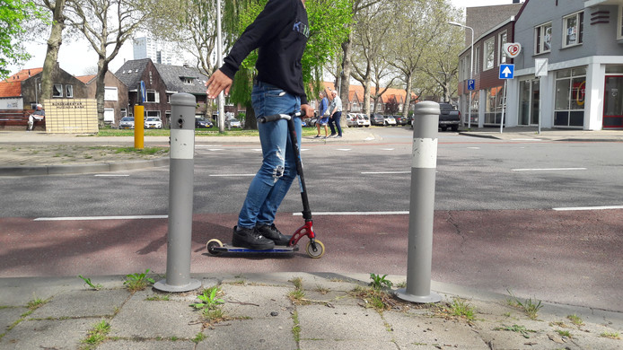 Wellicht overbodige paaltjes aan de Axelsestraat in Terneuzen.