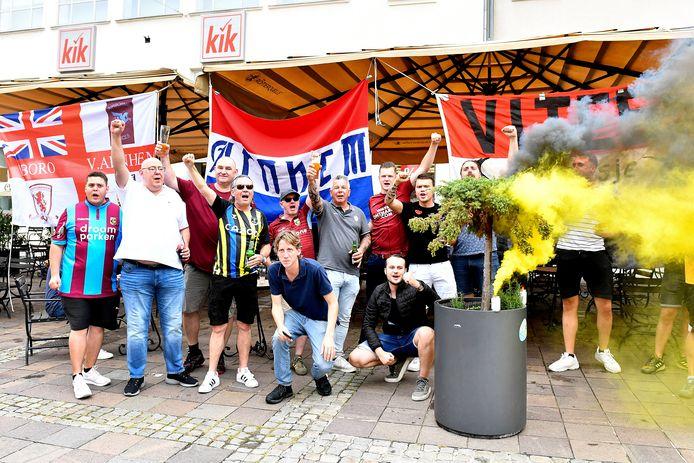 Supporters van Vitesse in Maribor, met derde van links Rob Teerink (maroonrood Airborne-shirt)