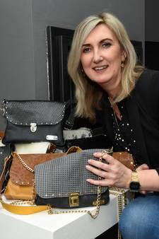 Corina (45) ontwerpt en maakt zelf leren tassen: 'Ik maak wat ik zelf mooi vind'