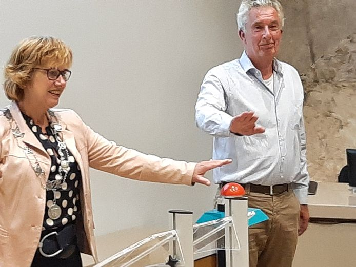 Met een druk op de knop door burgemeester Anneke Raven en HKHN-voorzitter Eddy Muis was de overdracht van het Hellendoornse foto-archief een feit.