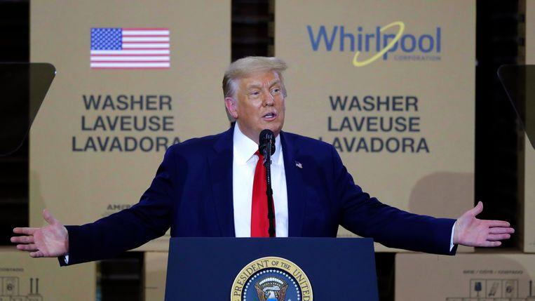 """Trump: """"Ik ben de enige die tussen de Amerikaanse droom staat en totale anarchie, waanzin en chaos."""