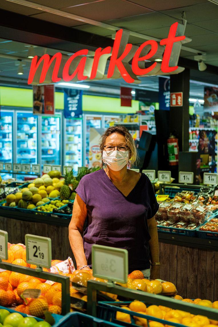 Anne-Marie Callens, zaakvoerder van de Carrefour Market: 'Het zou veel makkelijker zijn mocht een mondmasker voor iedereen verplicht zijn, dan is het duidelijk.' Beeld Wouter Van Vooren