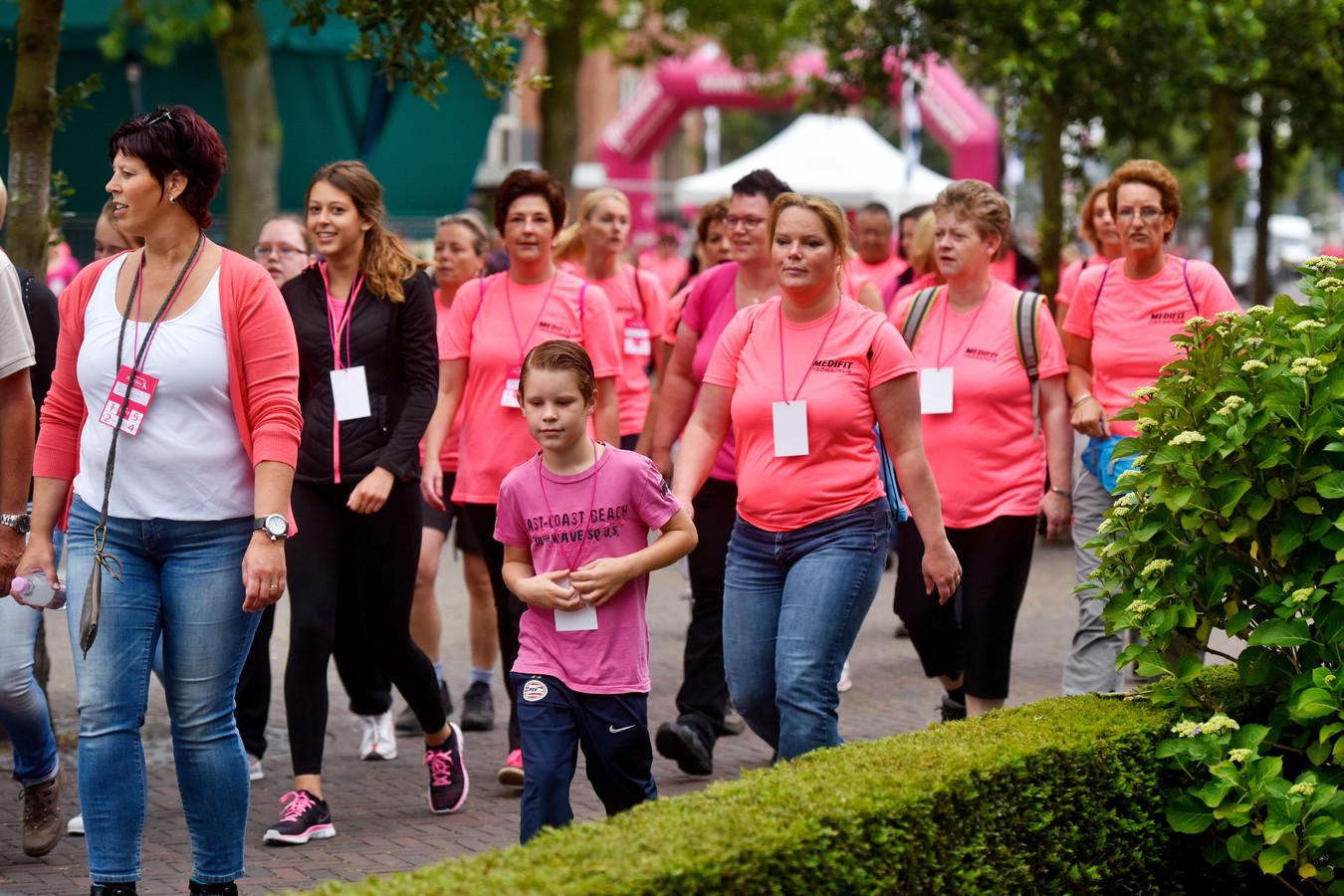 Deelnemers aan de wandeltocht voor Pink Ribbon, enkele jaren geleden.