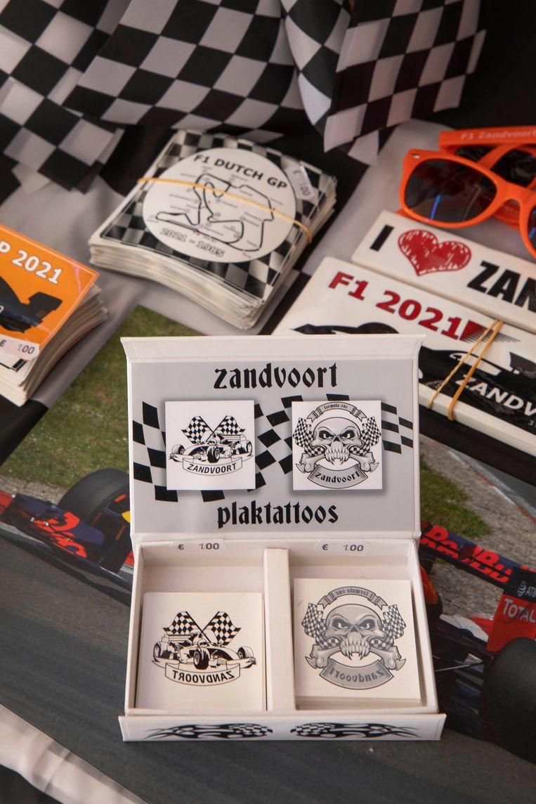 Oók de Grand Prix in Zandvoort: doosjes met plaktattoos van doodshoofden en racevlaggen. Beeld Werry Crone
