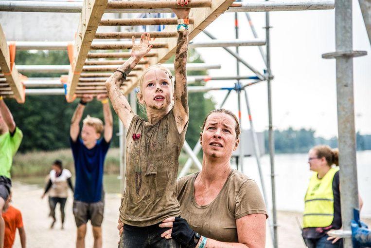 Ren, klim en rol door de modder met je familie tijdens de Strong Viking Obstacle Run. Beeld Giscard van Uytrecht