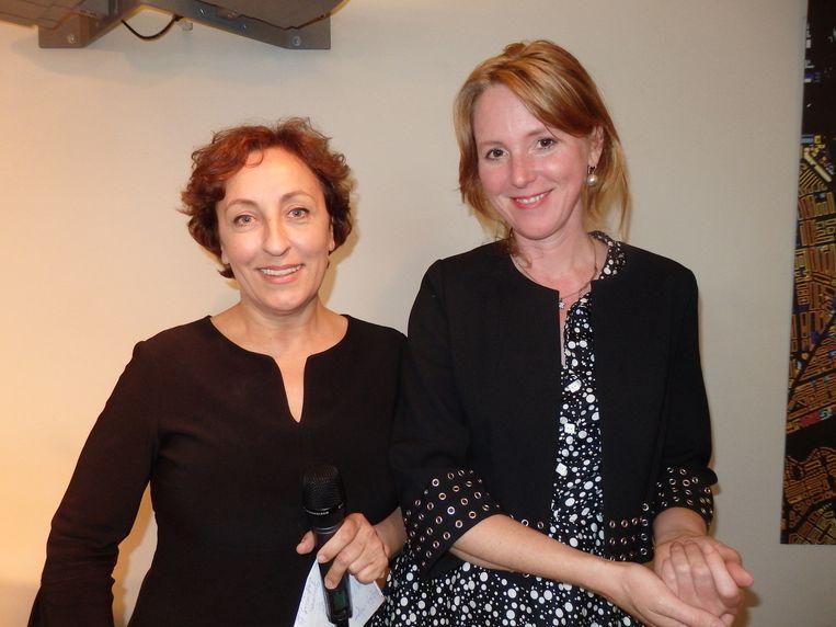 Presentator Karin Bruers (l) kan maar niet geloven dat Sterre van Leer (Psychologie Magazine) al 43 jaar is. 'In Brabant zeggen we dan: Dan ben'de niet veel gebruikt.' Beeld Schuim