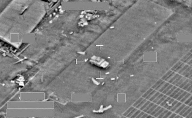 Een pantserwagen van IS bij de Iraakse grensplaats Al Qaim, vlak voordat het door een Britse Tornado wordt gebombardeerd. Bij Al Qaim zou het konvooi van Al-Baghdadi in het weekeinde zijn aangevallen. Beeld epa