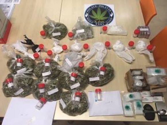 Er werd meer dan 100.000 euro, 600 gram cocaïne, twee kilo cannabis en materiaal ter bereiding van verdovende middelen in beslag genomen.