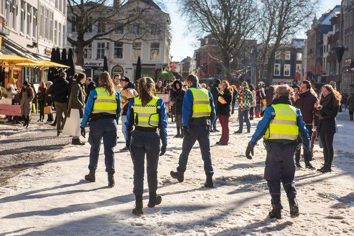 Veel carnavalsvierders kwamen zaterdag naar de Grote Markt in Breda. Toen het daar zo druk werd dat de coronaregels niet meer goed in acht konden worden genomen, verzochten Bredase handhavers het publiek om te vertrekken.