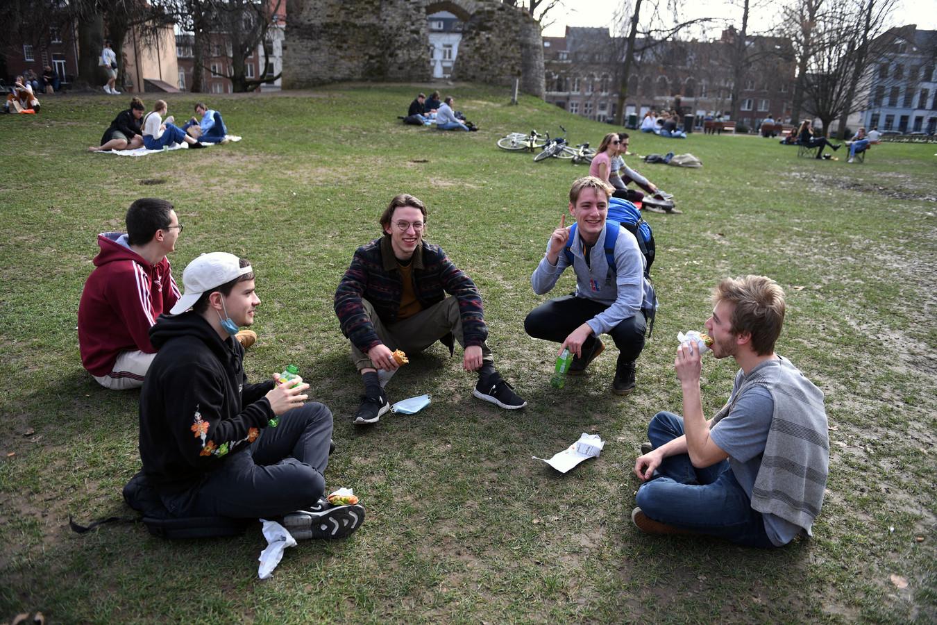 Laatstejaarsstudenten Tommy (22), Simon (23), Ivo (22), Etienne (22) en Timo (22) in het Leuvense stadspark, waar de rust is teruggekeerd