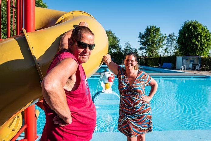Bestuurslid Peggy van Veggel en adviseur Jan Slappendel van het volledig door vrijwilligers gerunde zwembad De Hazelaar in Hazerswoude-Dorp.