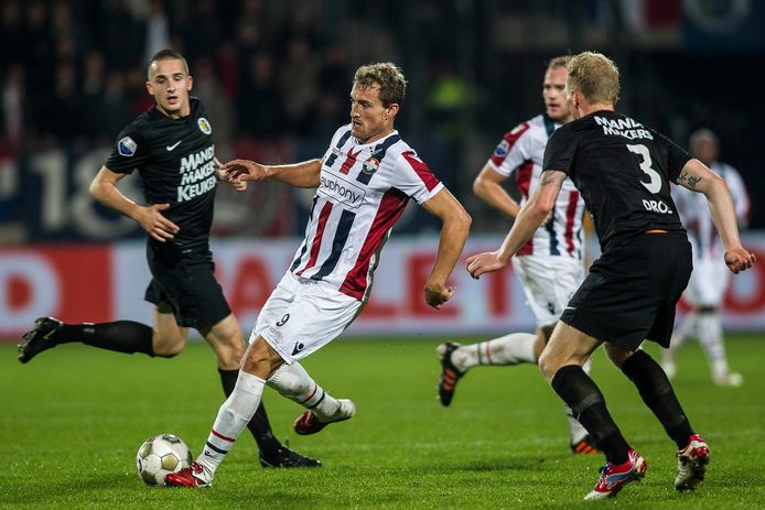 Willem II-spits Aurélien Joachim (midden) schiet tijdens de Midden-Brabantse derby op 6 oktober 2012, RKC'er Henrico Drost (rechts) kan dat niet meer voorkomen. Joachim tekende die avond voor de enige treffer.