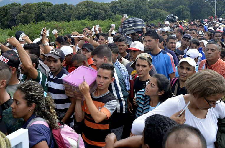 Venezolanen op de brug die Venezuela met Colombia verbindt. Beeld Edinsson Figueroa / EPA