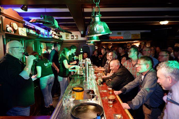 Henk Wijngaard, graag geziene gast in Café D'n Egelantier, trad herhaaldelijk op in de Somerense kroeg. Deze foto is uit oktober 2019.