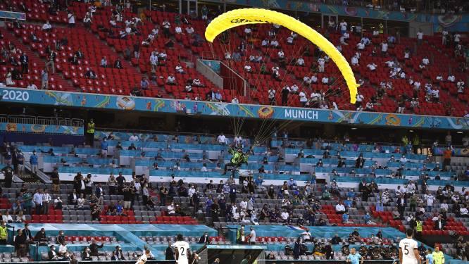 Ongelooflijke beelden: parachutist crasht nét niet in publiek voor kraker tussen Frankrijk en Duitsland