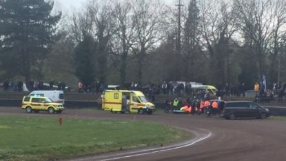 Deelnemer Speedwayrace knalt tegen omheining