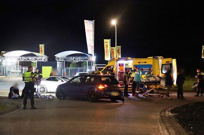 De plaats van het ongeluk, kort na de aanrijding. Hulpdiensten ontfermen zich over betrokkenen, één man moest naar het ziekenhuis worden gebracht.