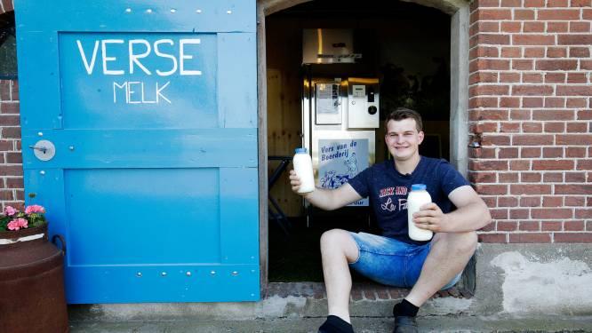 Steeds meer boeren verkopen rauwe melk recht uit de koe: Raymond (21) zette tap op bedrijf van z'n ouders