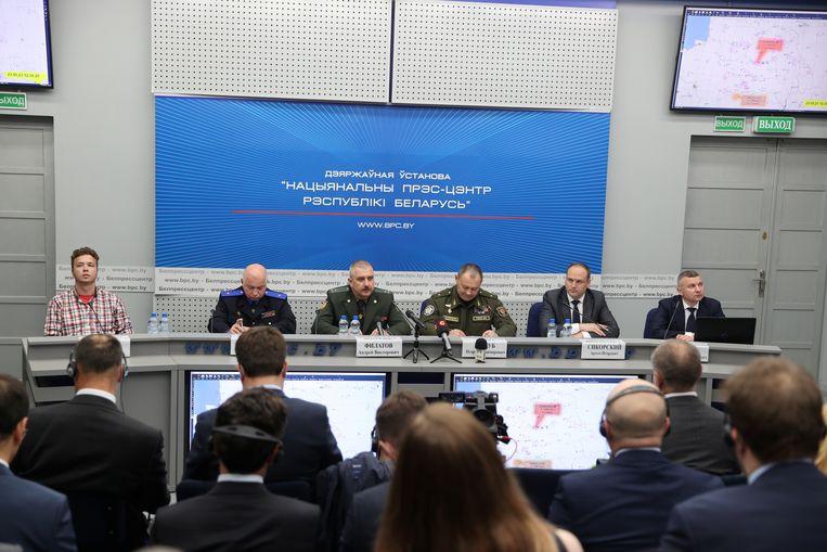 Pratasevitsj (links) op de persconferentie over de gedwongen landing van zijn Ryanair-vlucht. Beeld Reuters