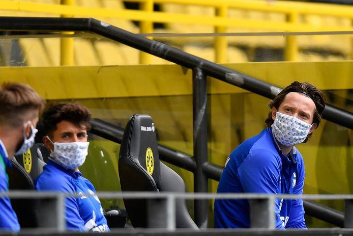 De bank van Schalke: staf en spelers met mondmaskers.