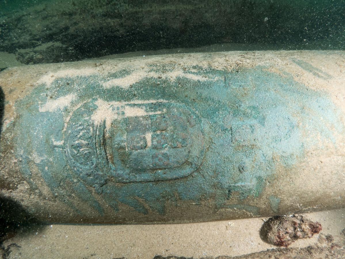 Een kanon met daarin het Portugese wapen gegraveerd.