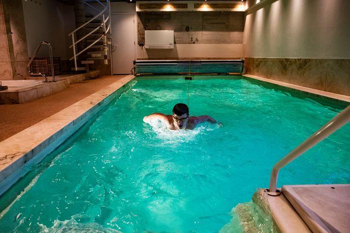 Tim kan zich uitleven aan het elastiek in het zwembad van zijn gastheer in Deventer.