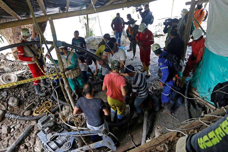 De race tegen de klok om de elf mijnwerkers te bevrijden, mocht helaas niet baten. Afgelopen zaterdag werd het eerste lichaam aangetroffen. Beeld AFP