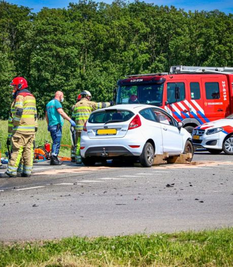Frontale botsing bij Schokland, brandweer moet bestuurders uit auto bevrijden
