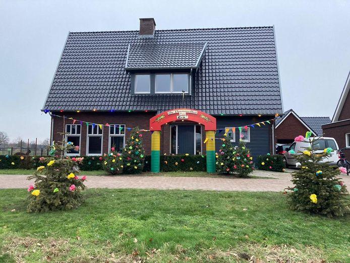Geen carnaval maar het huis van de Veenmollenprins in Milheeze is toch maar versierd