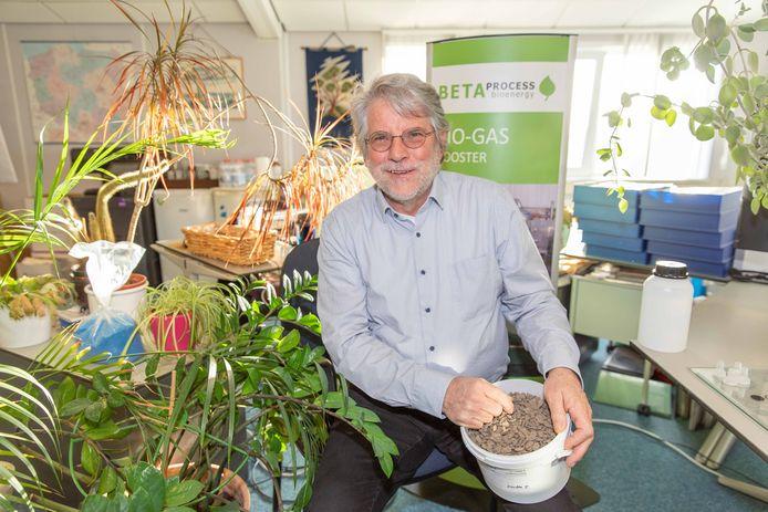 Hans van Klink laat een bio-ethanolfabriek bouwen op de Axelse Vlakte. Daar worden straks suikerbieten verwerkt tot deze 'biologische' brandstof.