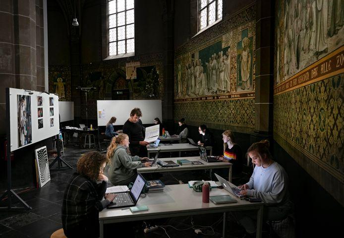Vierdejaarsstudenten van het SintLucas aan het werk in de Helmondse Sint-Lambertuskerk.