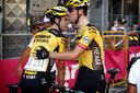 Timo Roosen feliciteert zijn ploeggenoot Wout van Aert, die hij in de klassiekers weer naar grote hoogte wil stuwen.