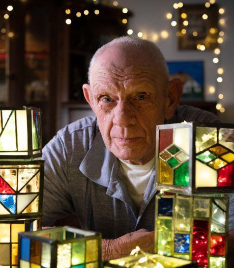 Martin (82) maakt speciaal glaswerk in Tiffany-stijl: 'Het is niet meer te tellen hoeveel ik er gemaakt heb'