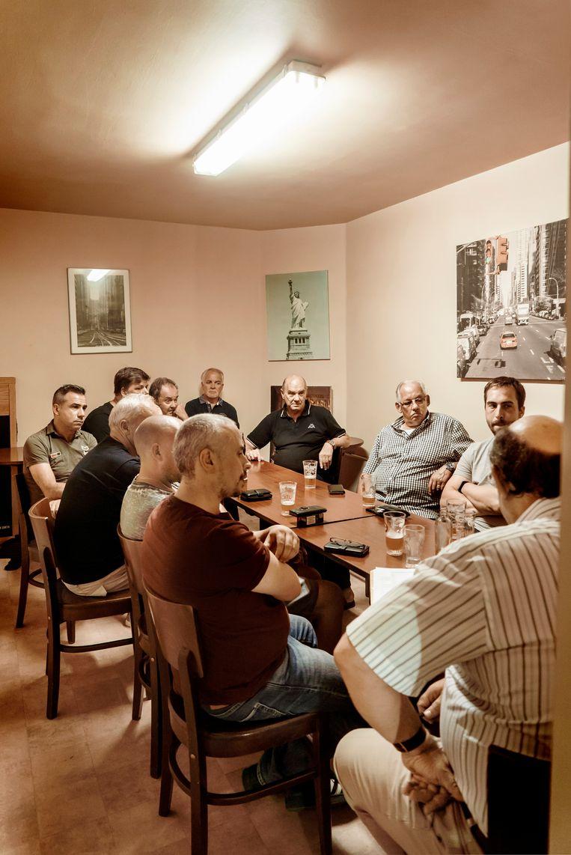 Een bijeenkomst deze week van enkele 'opstandige' bestuursleden en ongeruste supporters.  Beeld Eric de Mildt