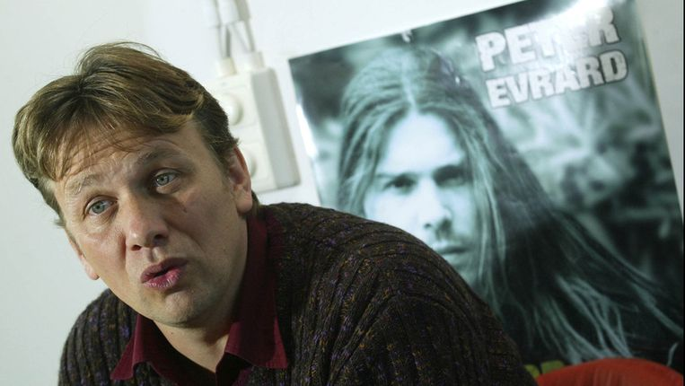 Toenmalig platenbaas Bart Brusseleers naast een poster van de eerste winnaar van Idool: Peter Evrard. Beeld photo news
