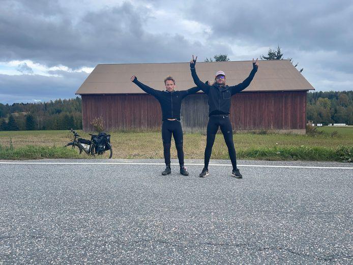 Ze zijn er. Sander Schimmelpenninck en Steven Borghouts zijn na negentien dagen fietsen aangekomen in Rovaniemi.