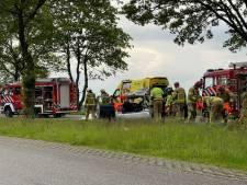 Auto knalt met zijkant tegen boom in Winterswijk: bestuurder bekneld en gewond